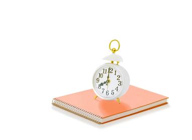 目覚まし時計とスケッチブック
