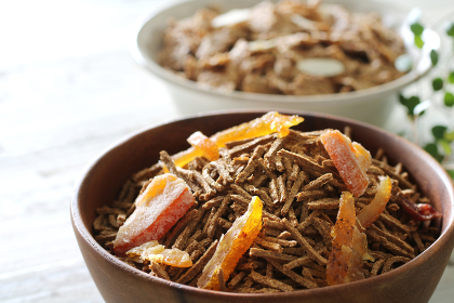 お皿に盛った色々な種類のシリアルやグラノーラ