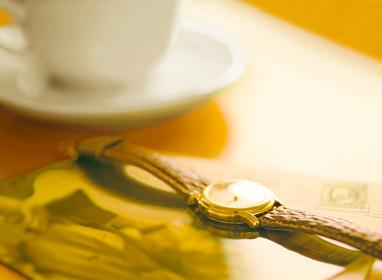 腕時計とコーヒーカップ