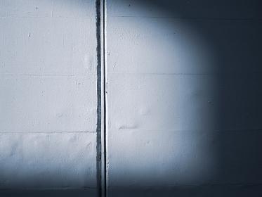 白い壁と光と影の風景