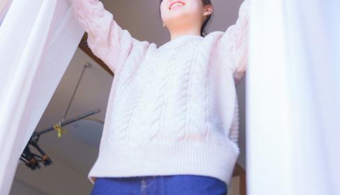 日光を浴びて体内時計をリセットする【若い女性の健康的なライフスタイル】