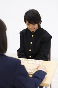 将棋を指す中学生