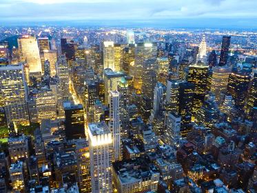 アメリカ・ニューヨークにて展望台から眺める超高層ビル群の摩天楼マンハッタン夕景