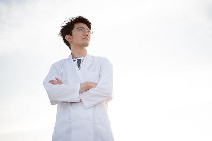 白衣姿の男性(医者・科学者・学者・医療従事者イメージ)
