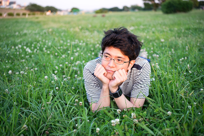 芝生でリラックスする男性