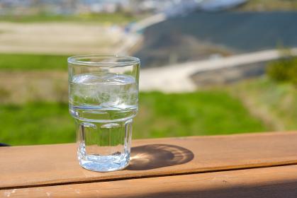 木のテーブルと水の入ったグラス