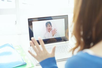 パソコンでリモート会議をする若い日本人女性
