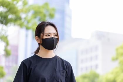マスクをしてランニングしている女性