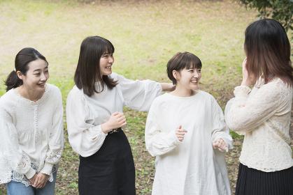 談笑する日本人女性4人
