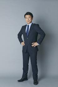 腰に手を当てる日本人ビジネスマン