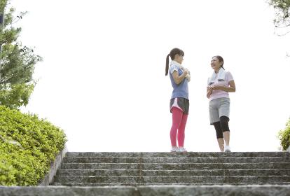 運動中に休憩する親子