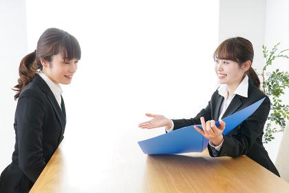 ビジネスミーティングをするビジネスウーマン
