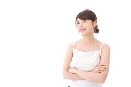 腕を組む美容女性