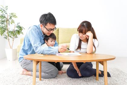 家族会議をする若い夫婦