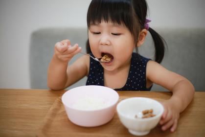 納豆ご飯を食べる女の子