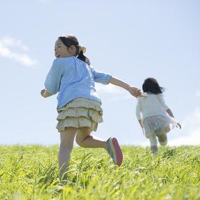 草原を走る小学生の後姿