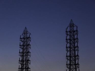 送電線鉄塔のシルエット