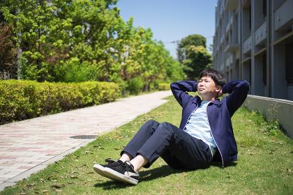 芝生の上で腹筋運動をする男性