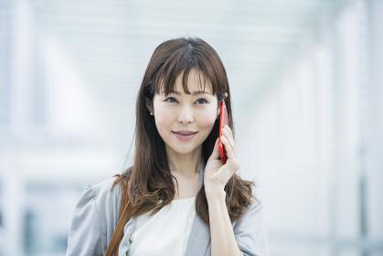 スマートフォンで電話するビジネスウーマン