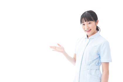指をさす若い看護師
