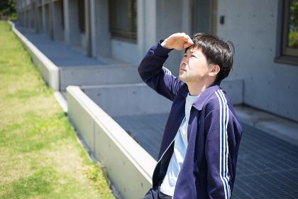 空を眺める男性