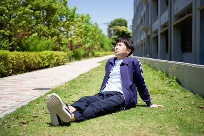 芝生の上でリラックスする男性