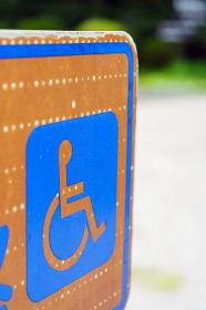 車椅子用通路の案内看板