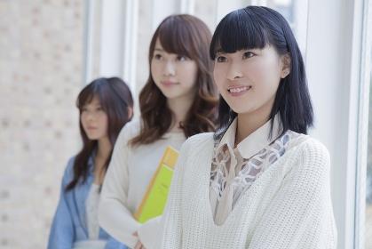 並ぶ女子学生