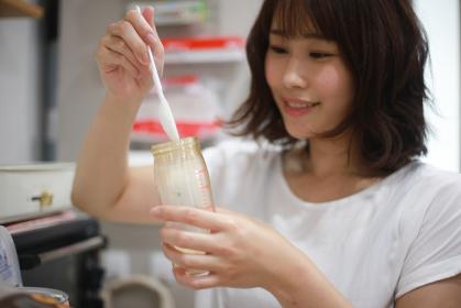 ミルクを作る母親