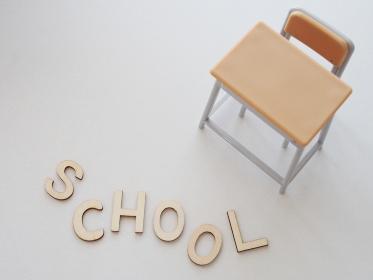 机と椅子と学校の文字イメージ