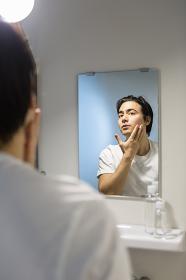 化粧水を使う男性