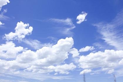 青空と夏の白い雲と送電鉄塔