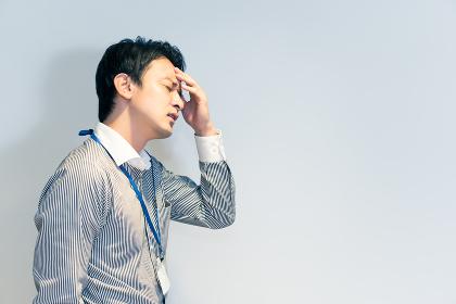体調不良の男性(頭痛・ストレス・悩み)