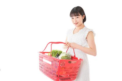 スーパーで買い物をする若い女性