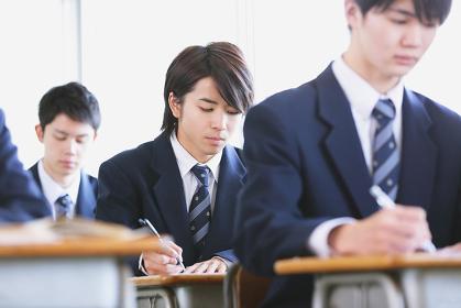 授業中の男子高校生