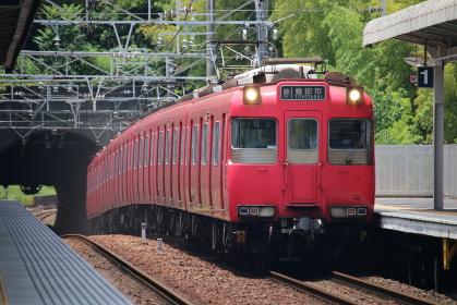 トンネルから出てきた電車