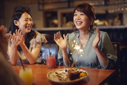 女子会で誕生日を祝う日本人女性