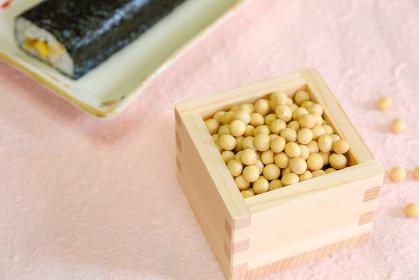 枡に入った大豆と恵方巻 節分