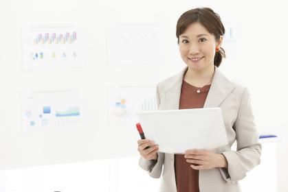 資料を持つビジネス女性