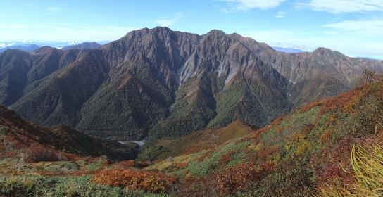 日本百名山・谷川岳の全景 (秋/紅葉)(パノラマ)