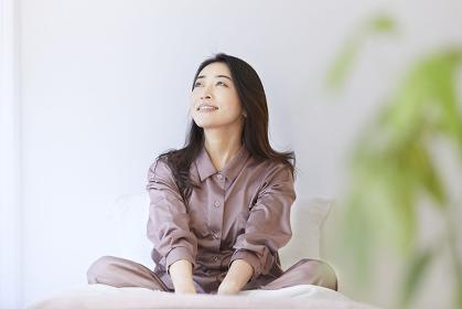 ベッドで目覚める日本人女性