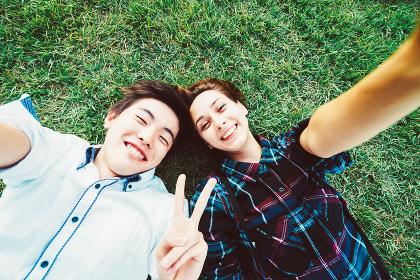 カメラ目線でポーズをとる若いカップル