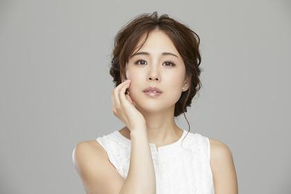 ポーズをとるエレガントな日本人女性