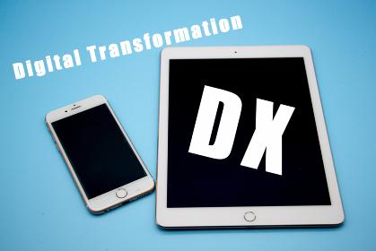 タブレットとスマートフォン DXと書かれた画面