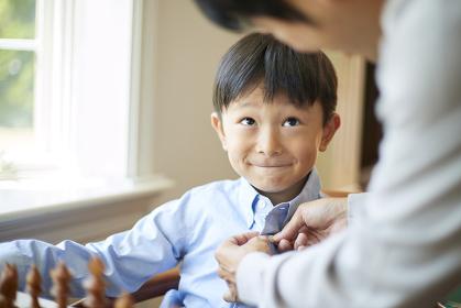 お父さんを見つめる日本人の男の子
