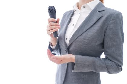 プレゼンテーションをするスーツを着たビジネスウーマン