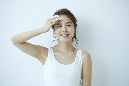 化粧を落とす日本人女性