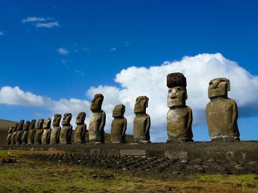 チリ・イースター島のトンガリキにて一列に並ぶ15体モアイ像の昼間の様子