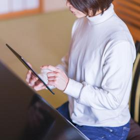 和室 女性 日本人 タブレット