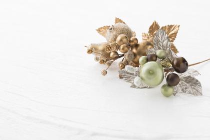 白い背景の中のクリスマス飾り